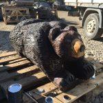 Mit Motorsäge geschnitzter Bär