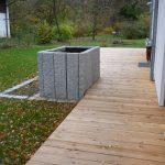 Holzterrasse mit Hochbeet