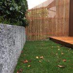 Holzzaun und Einfassung aus Granit